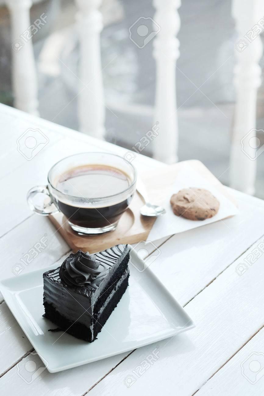 Tavolo Torta Bianco E Nero.Caffe Nero Americano Caldo E Un Pezzo Di Torta Di Carbone Sul Tavolo Di Legno Bianco Avere Un Po Di Spazio Per Scrivere Una Formulazione