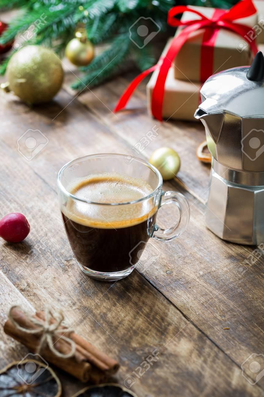 Vaso De Café Exprés Sobre Mesa De Madera Rústica Vintage Con Decoración De Navidad Concepto Mañana Cajas De Regalo Con Cinta Roja Rama De Pino