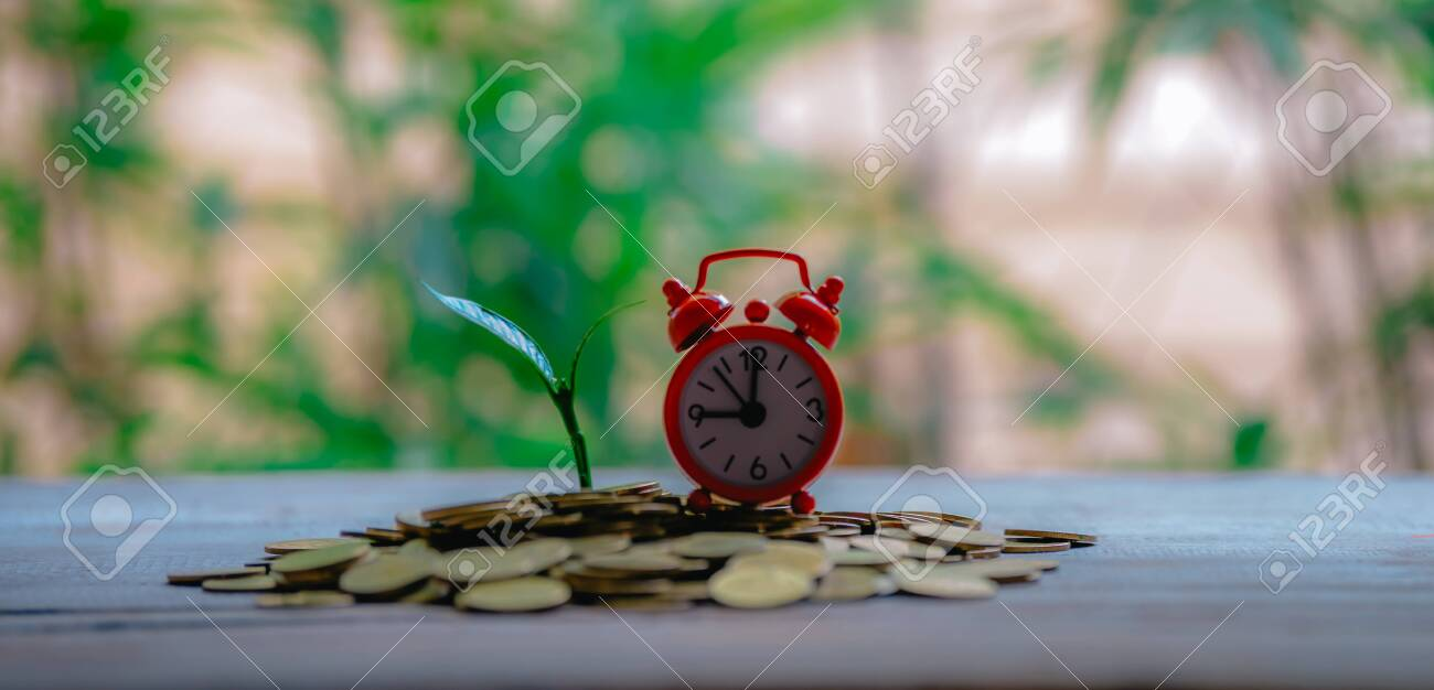 Closing time and with money growing - 122398532