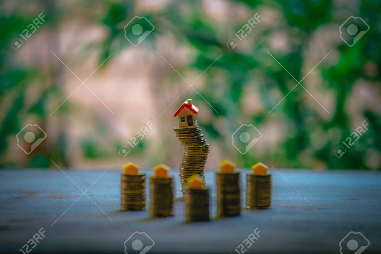 Small house add coin column The concept of saving money, investment properties - 122398357