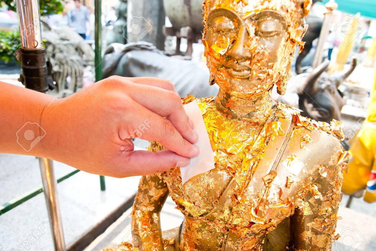 仏をねじ曲げる の写真素材・画像素材 Image 13184351.