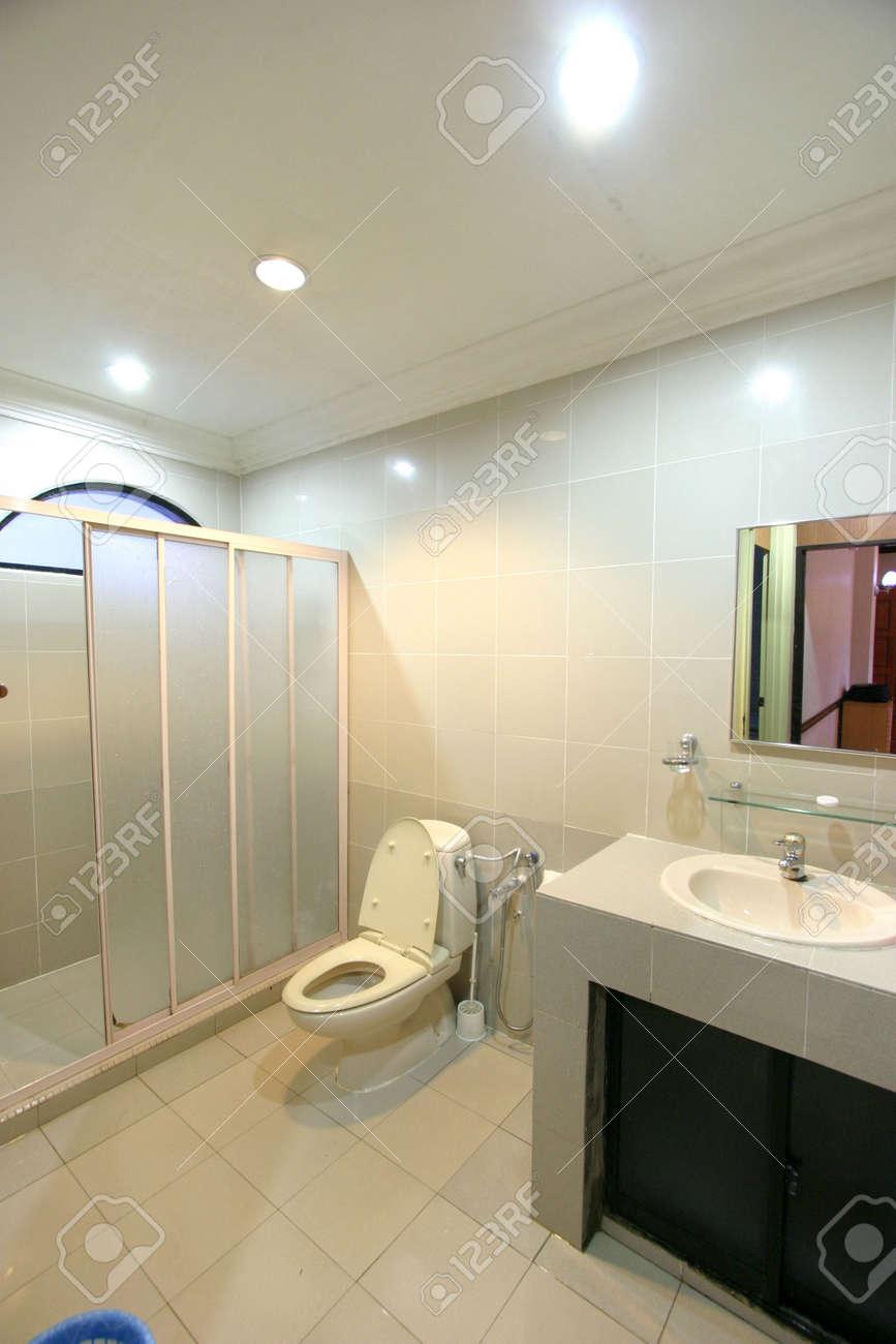 Toilette moderne de toilettes d\'appartement d\'hôtel