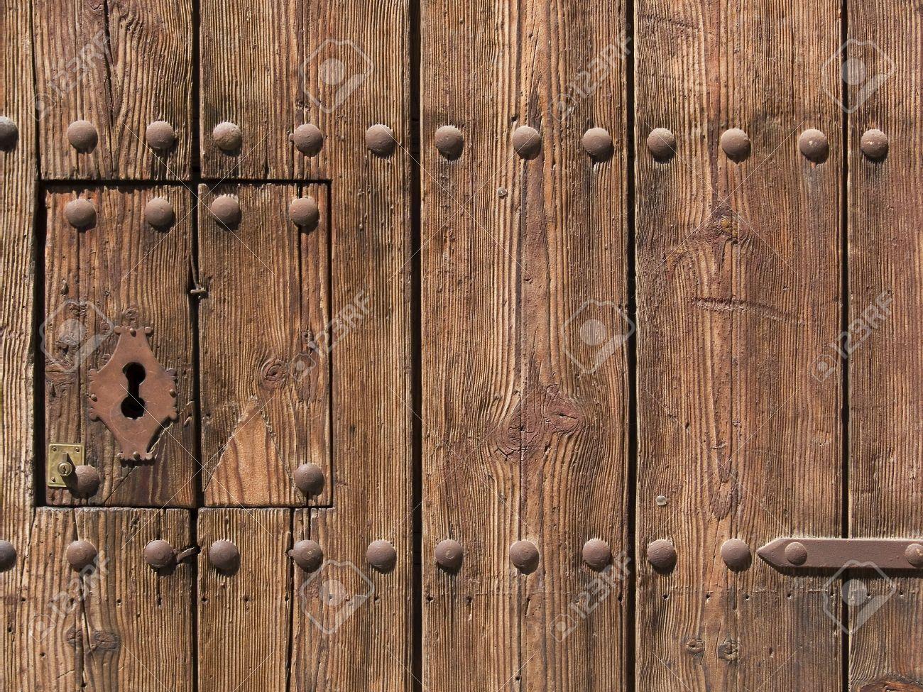 cerradura antigua y moderna a la puerta de madera vieja