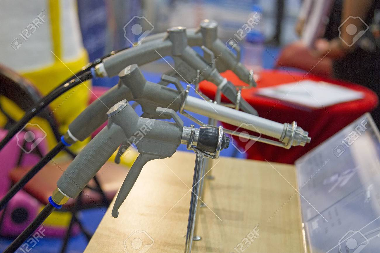 Many sandblasting guns are located on the table