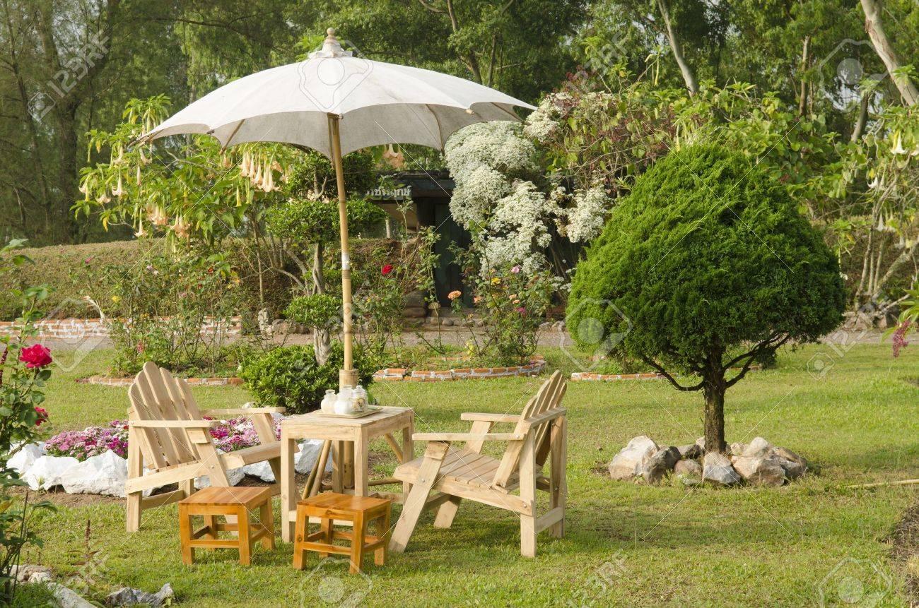 Beau Jardin Avec Table Fleur Et Bois Et Chaises - Décoration De La ...