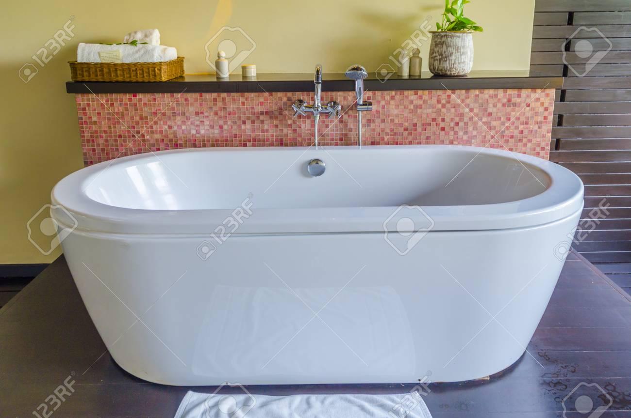 Vasca Da Bagno Contemporanea In Ceramica Contemporanea E Parete In ...