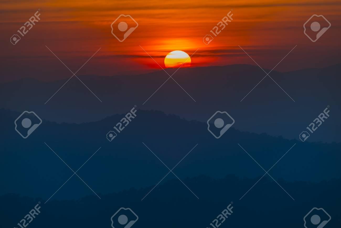 Montagne Couches Coucher Du Soleil La Forêt Tropicale Banque D