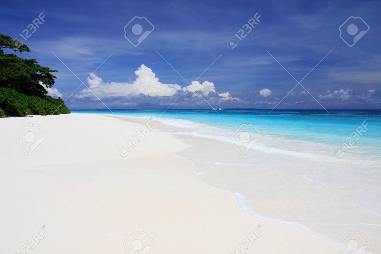 美しい白砂のビーチと青い空 Tac...
