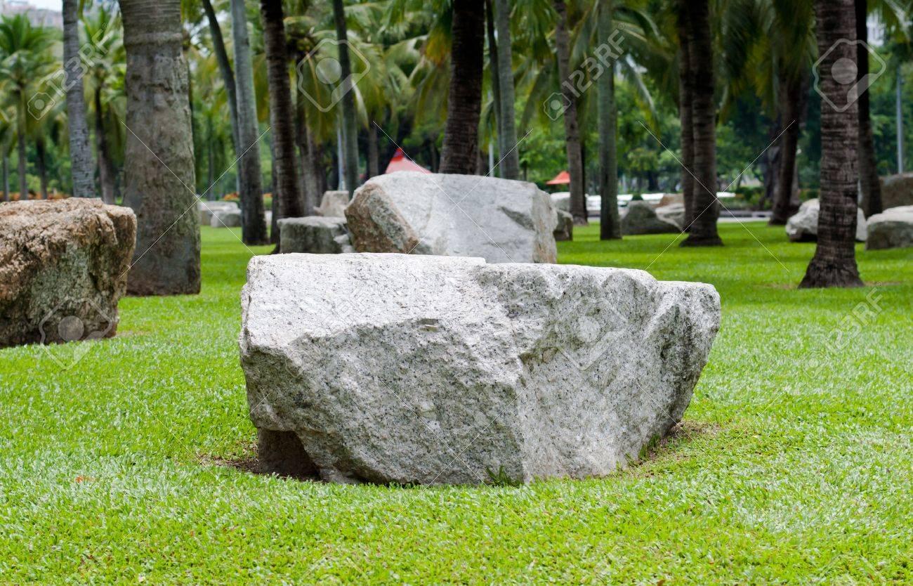 Grosse Steine Im Garten Lizenzfreie Fotos Bilder Und Stock