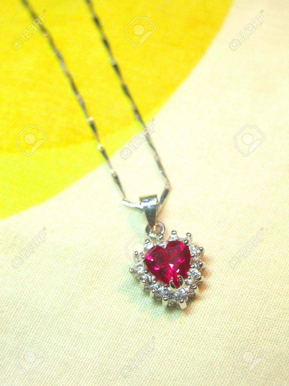 San Francisco 8fa00 66efa Rubí en forma de corazón con el ornamento colgante collar