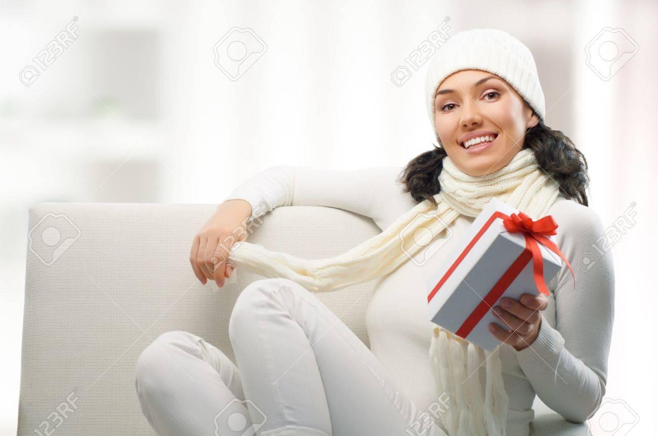 Eine Schönheit Junges Mädchen Mit Weihnachtsgeschenk Lizenzfreie ...