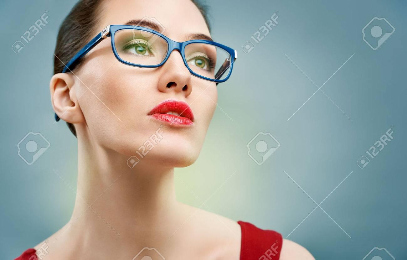 Beauté, Femme Portant Des Lunettes Banque D Images Et Photos Libres ... bd2f795a2990