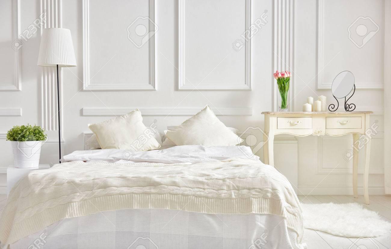 Schlafzimmer In Sanften, Hellen Farben. Großes, Bequemes Doppelbett In  Eleganten Klassischen Schlafzimmer Standard