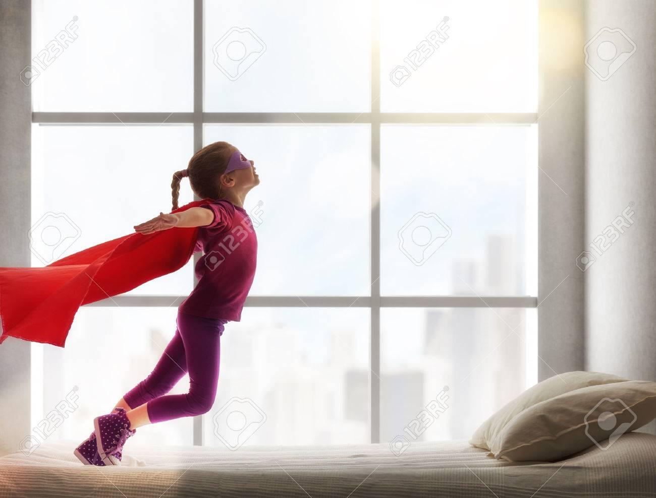 Kinder Madchen In Einem Kostum Spielt Das Kind Das Spass Und