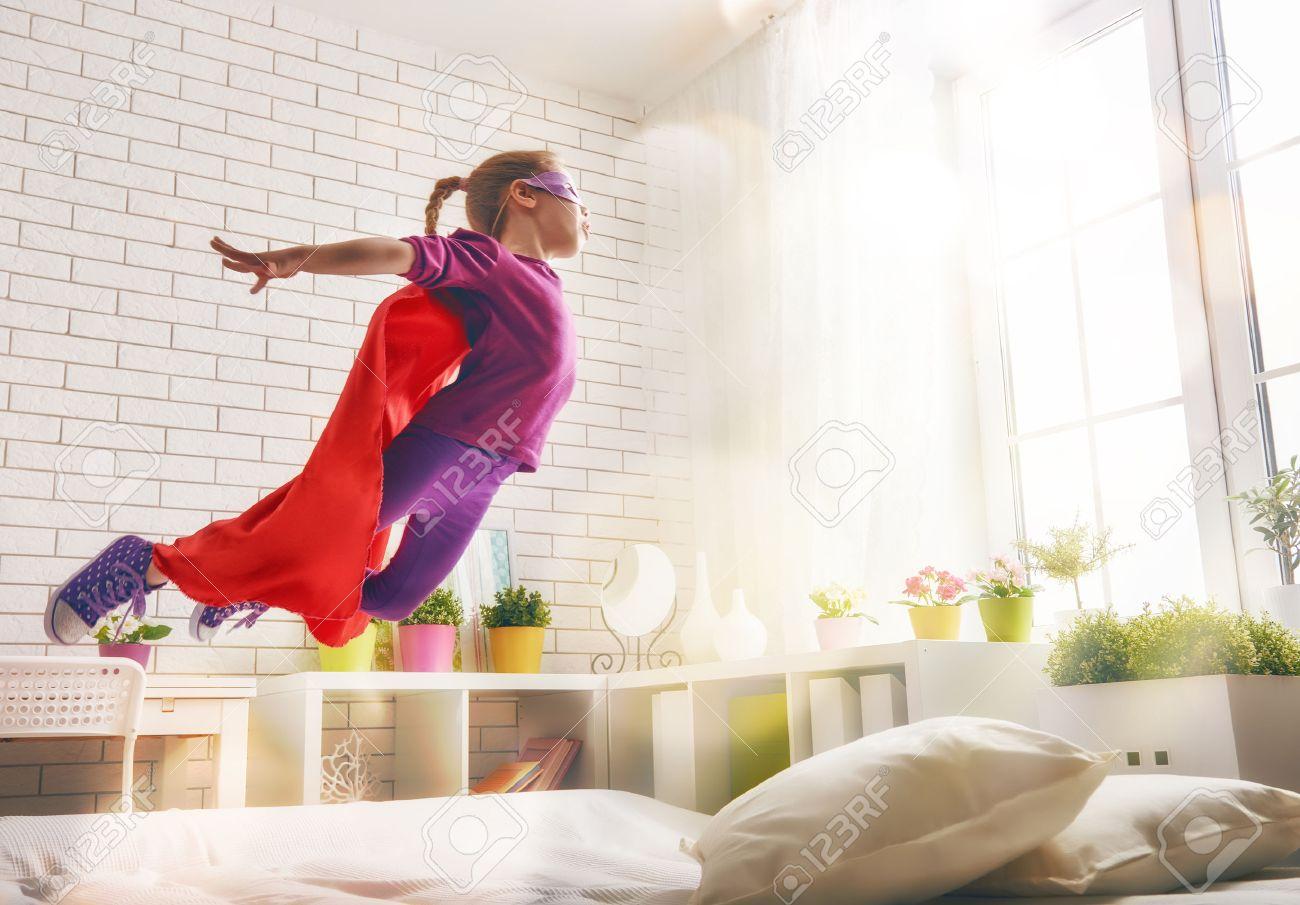 Kinder Madchen In Superhelden Kostum Spielt Das Kind Das Spass Und