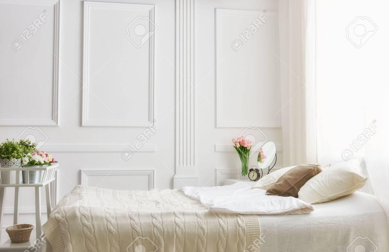 Camera da letto in colori chiari morbidi. grande e comodo letto  matrimoniale in camera da letto elegante classico