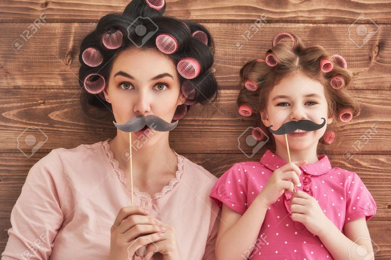 Drole De Famille Mere Et Son Enfant Fille Jeune Fille Avec Un Accessoires En Papier Beaute Fille Drole Tenant Le Papier Moustache Sur Le Baton Belle Jeune Femme Tenant Le Papier Moustache