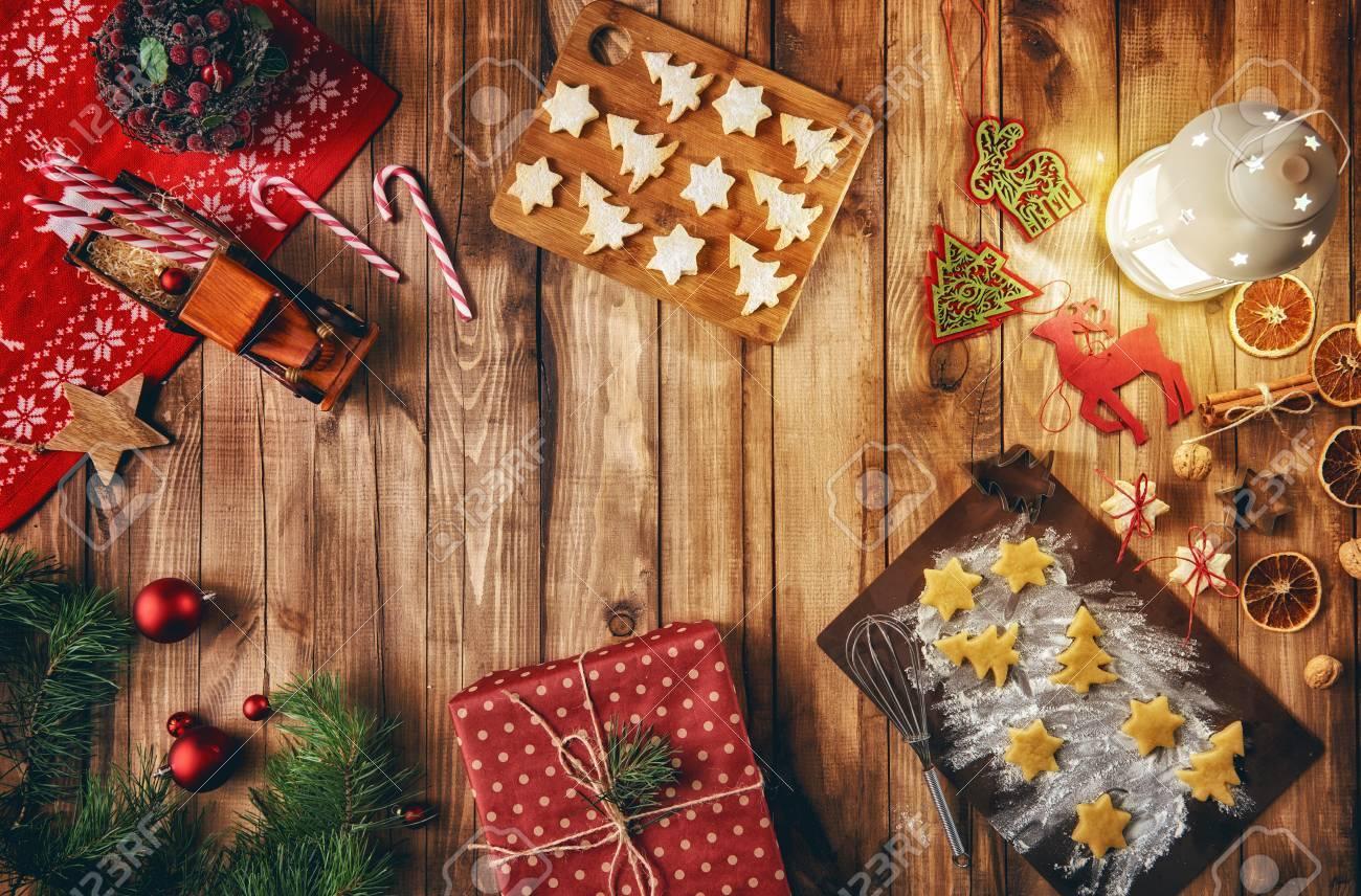 Buon Natale E Buone Feste Natalizie.Buon Natale E Buone Feste Cucinare I Biscotti Di Natale Bagattelle Regali Caramelle E Biscotti Con Ornamenti Natalizi Vista Dall Alto Tradizioni