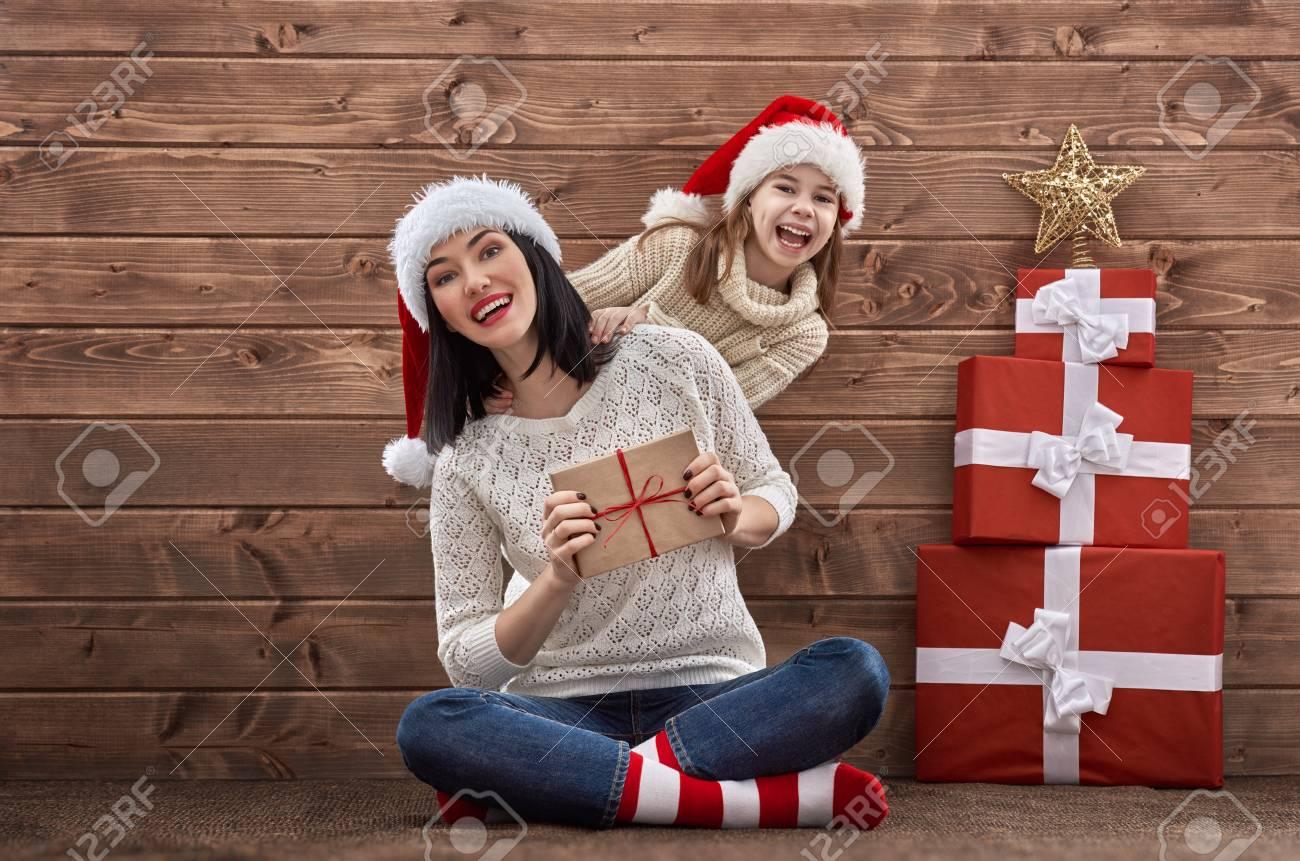 Joyeux Noel Mere Noel.Joyeux Noel Et Bonnes Fetes Concept Mere Et Enfant Fille Avec Des Cadeaux De Noel Sur Fond De Bois Portrait De La Belle Famille Chapeaux De Pere