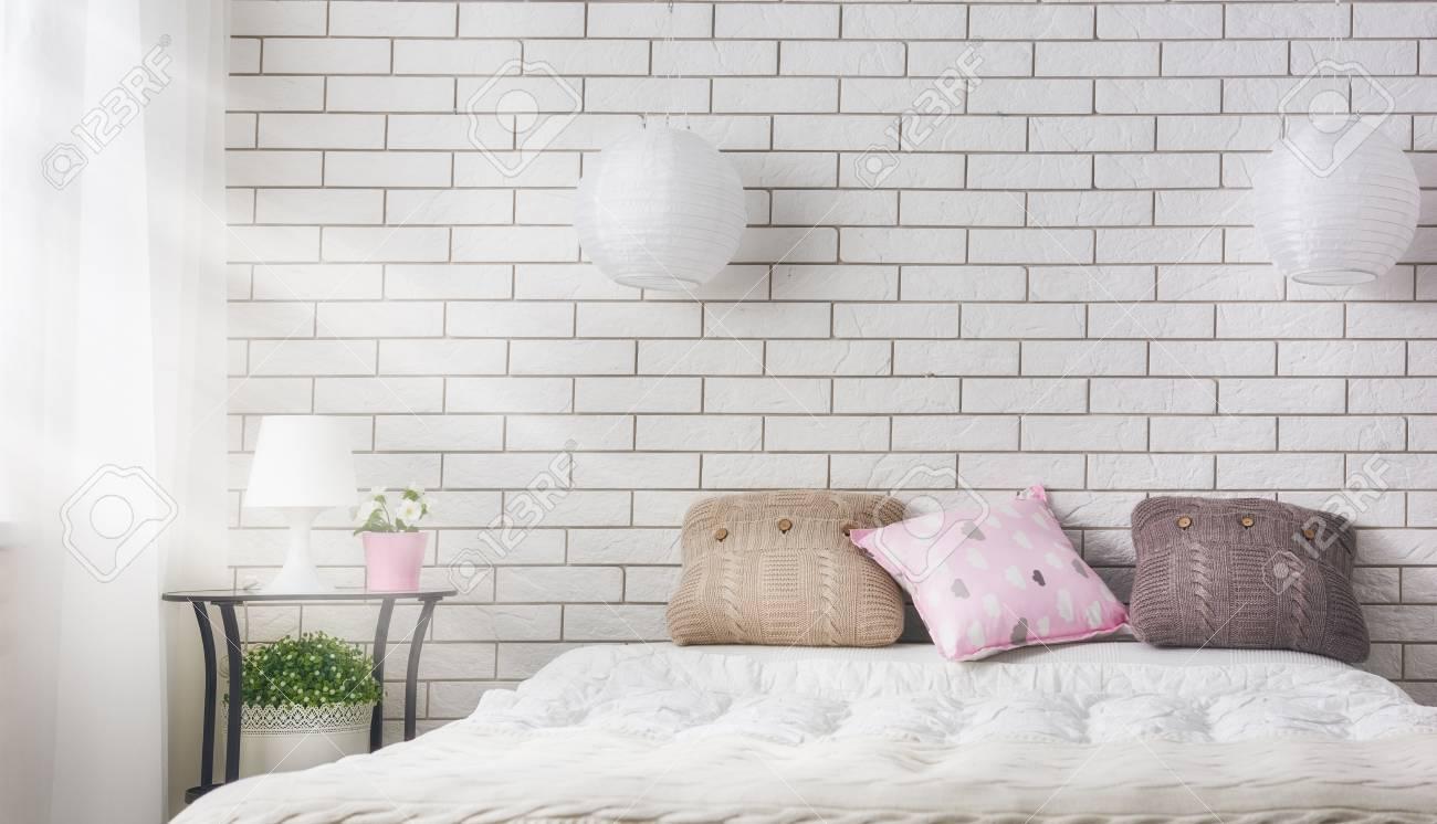 Schlafzimmer In Sanften, Hellen Farben. Großes Bequemes Doppelbett Im  Eleganten Klassischen Zimmer. Standard