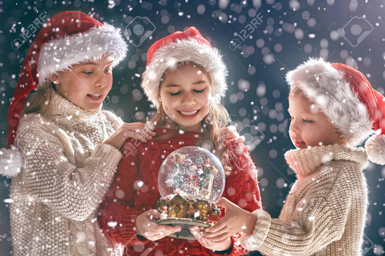 メリー クリスマスとハッピー ホリデー!かわいい子供たちと雪の世界
