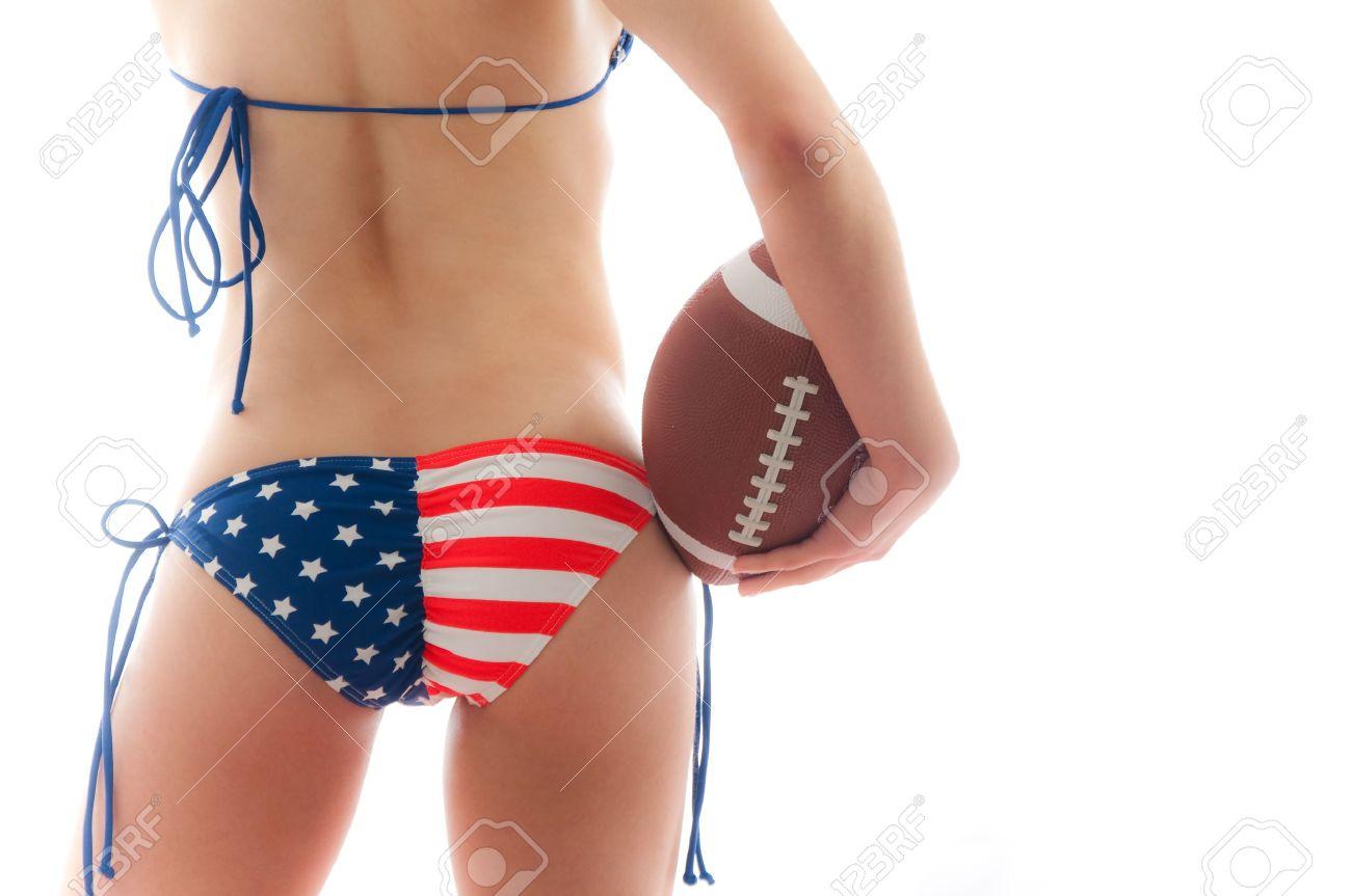 Llevando Estados Mujer Unidos Un Fútbol De Hermosa Mantiene Sobre Fondo Bandera Aislado El Bikini Blanco 80wnymNvO