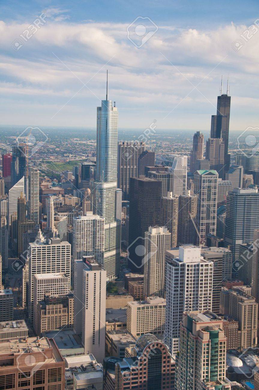 Downtown Chicago buildings viewed from above during sundown Stock Photo - 15069321