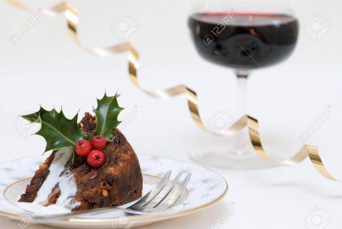 Rebanada De Pastel De Navidad Con Salsa De Brandy Y Copa De Vino