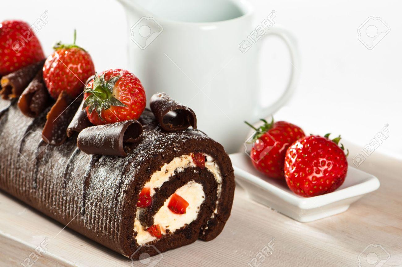 Pastel De Chocolate Con Fresas Y Nata Sobre Tabla De Madera Fotos ...