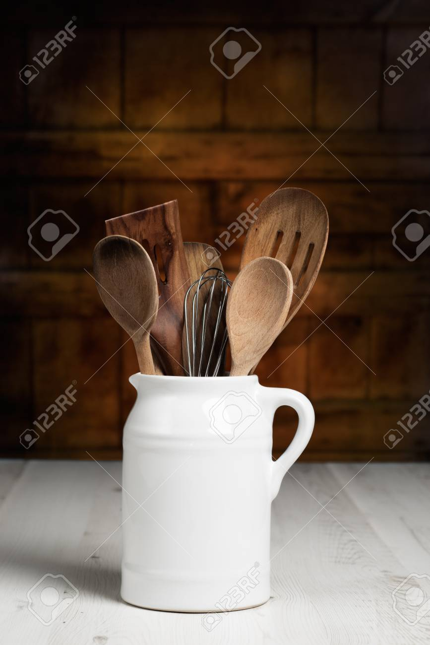 Krug Rustikalen Holzernen Loffel In Bauernkuche Lizenzfreie Fotos