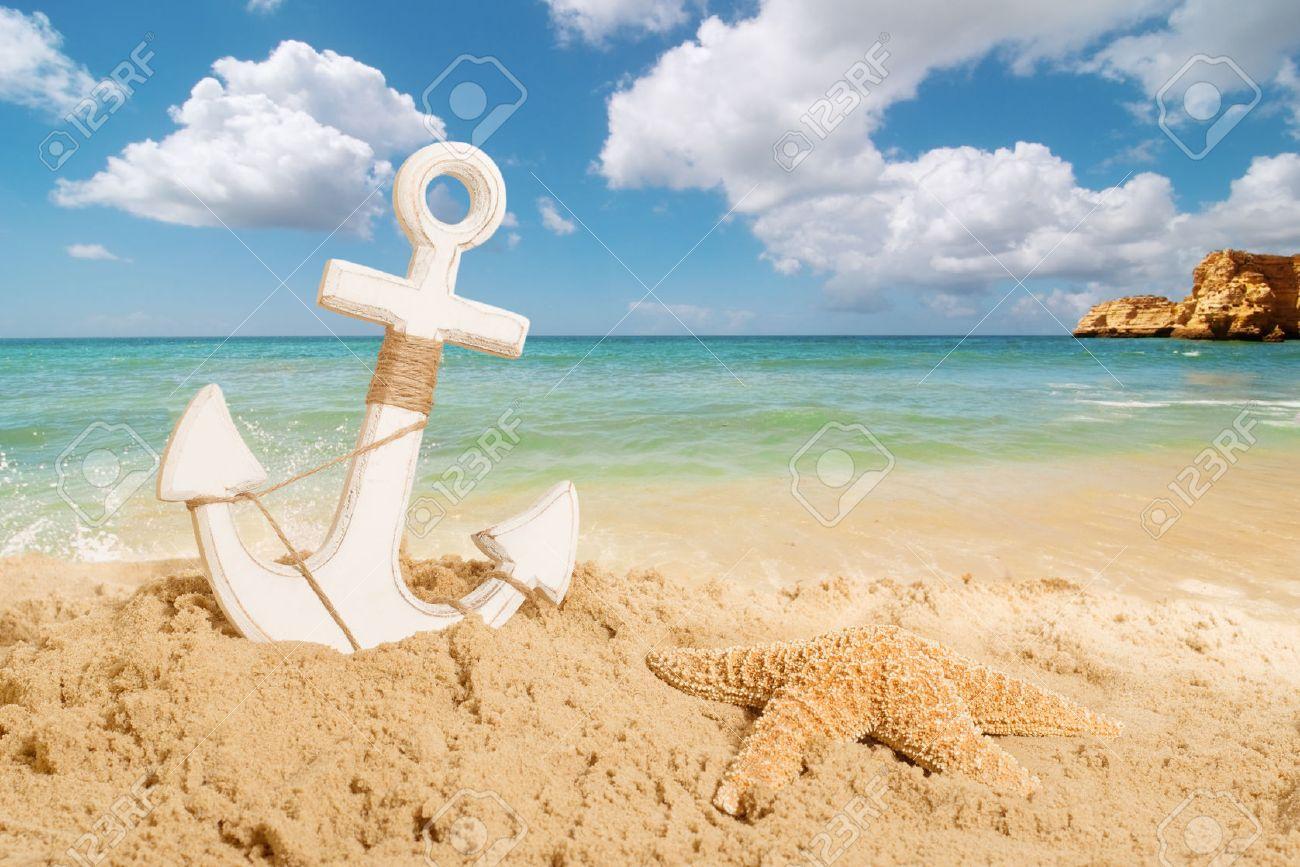 dad4bcc4705a Ancre avec étoile de mer sur une plage de sable - concept de vacances d