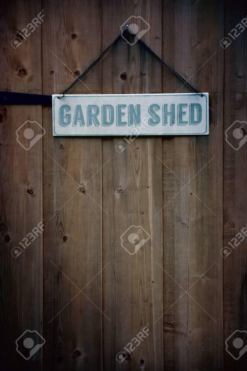 gartenhaus zeichen auf rustikalen holztür lizenzfreie fotos, bilder