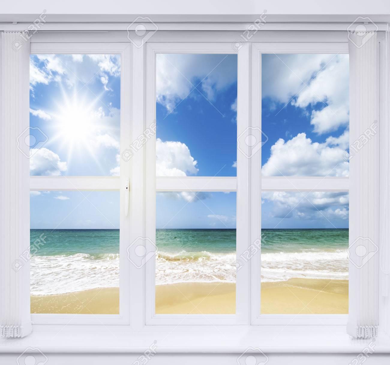 Blick aus dem fenster meer  Strandhaus Fenster Mit Blick Auf Einen Blick Auf Das Meer ...