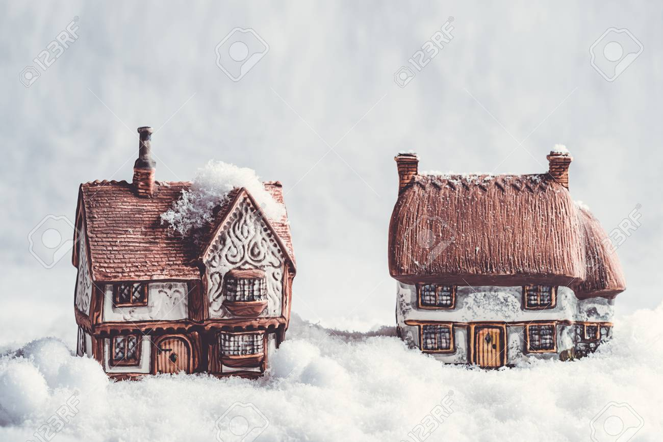 Keramische Hütten In Schneeszene Zu Weihnachten Lizenzfreie Fotos ...