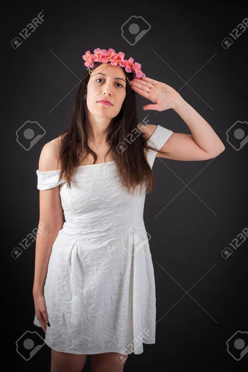Schöne Frau, die verschiedene Ausdrücke in verschiedenen Sätzen von  Kleidung: stramm