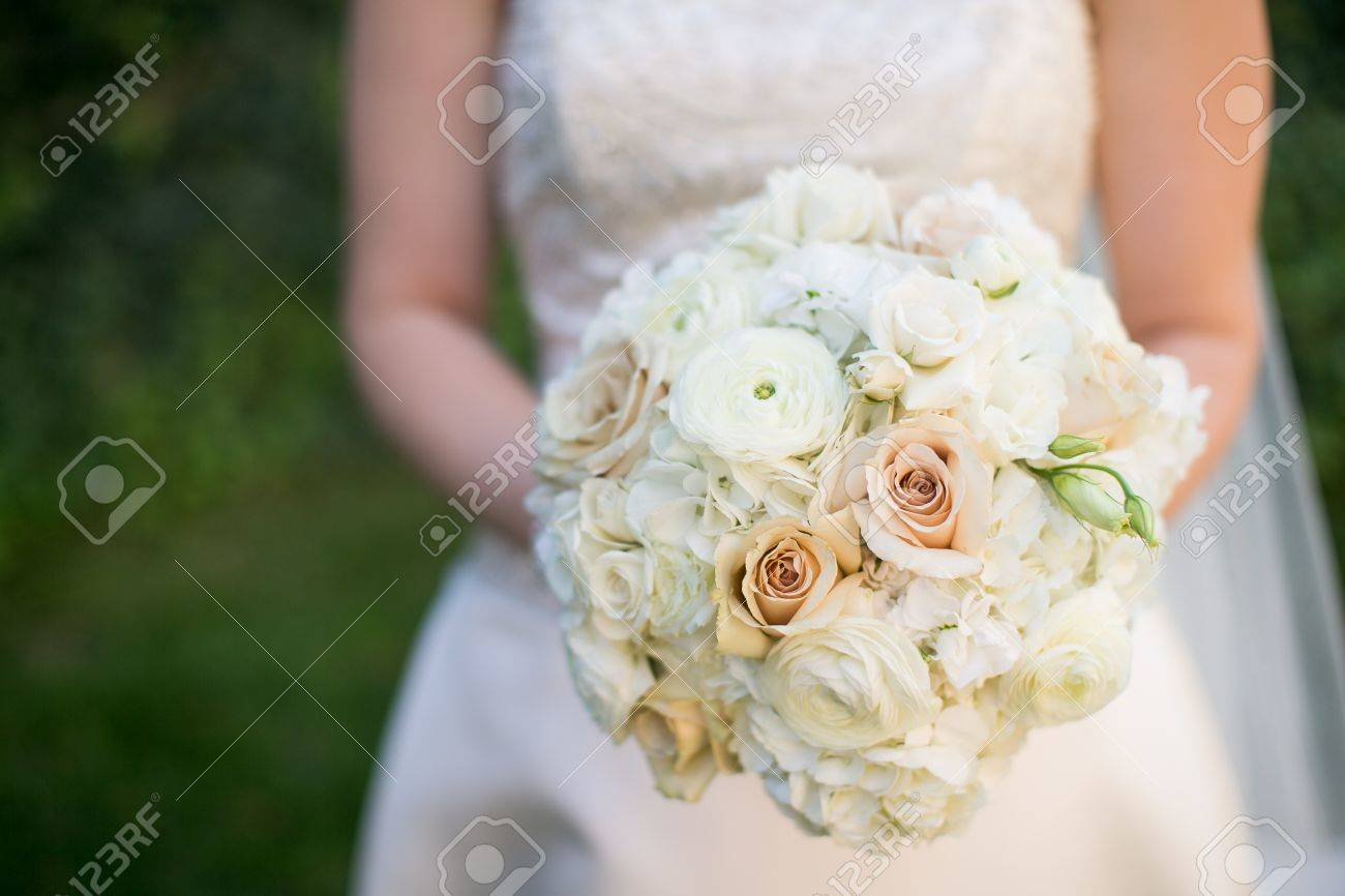 Braut Mit Hochzeitsstrauss Mit Ranunkeln Rosen Hortensien Und