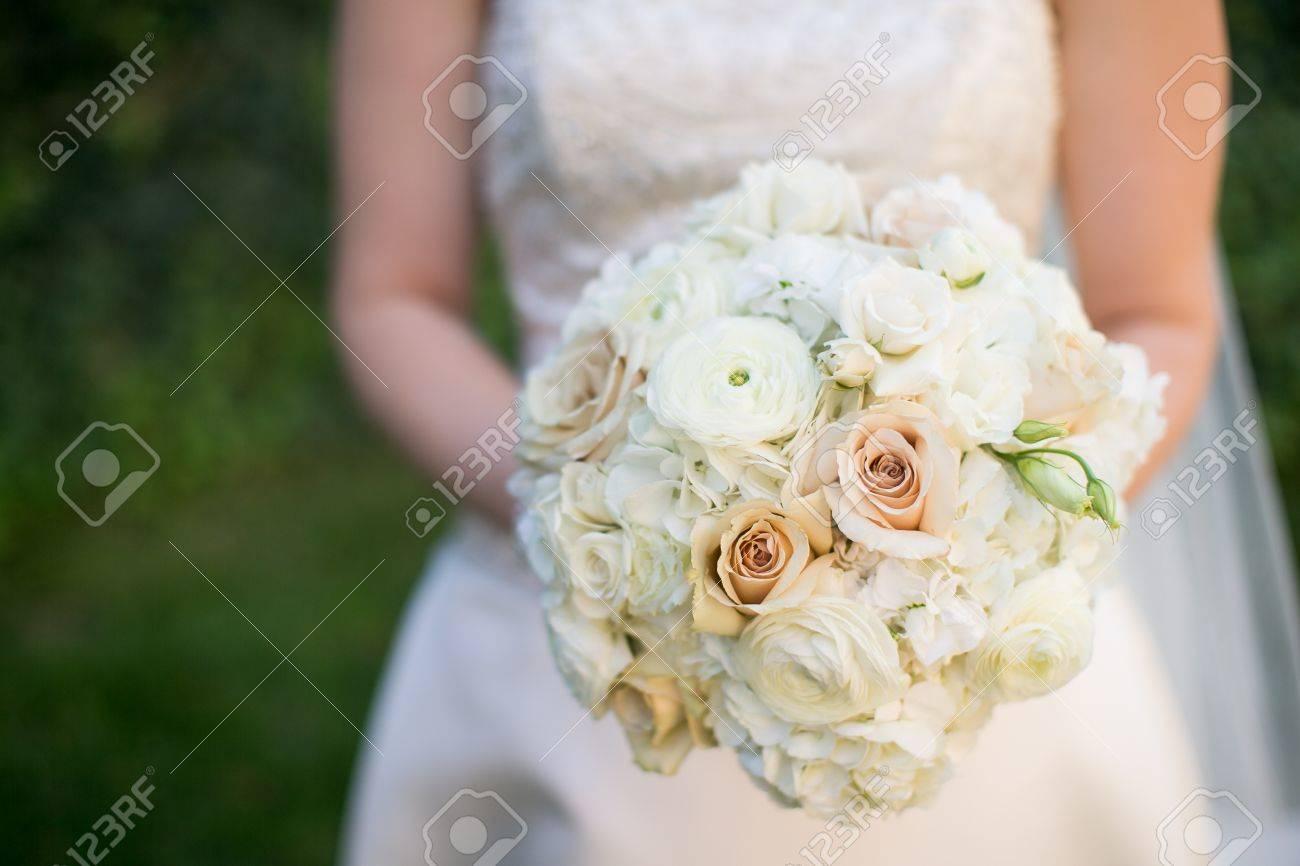 Bouquet Sposa Lisianthus E Rose.Bride Holding Wedding Bouquet With Ranunculus Roses Hydrangea