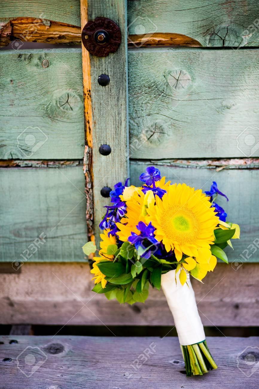 Brautstrauss Mit Sonnenblumen Rittersporn Espenlaub Lizenzfreie