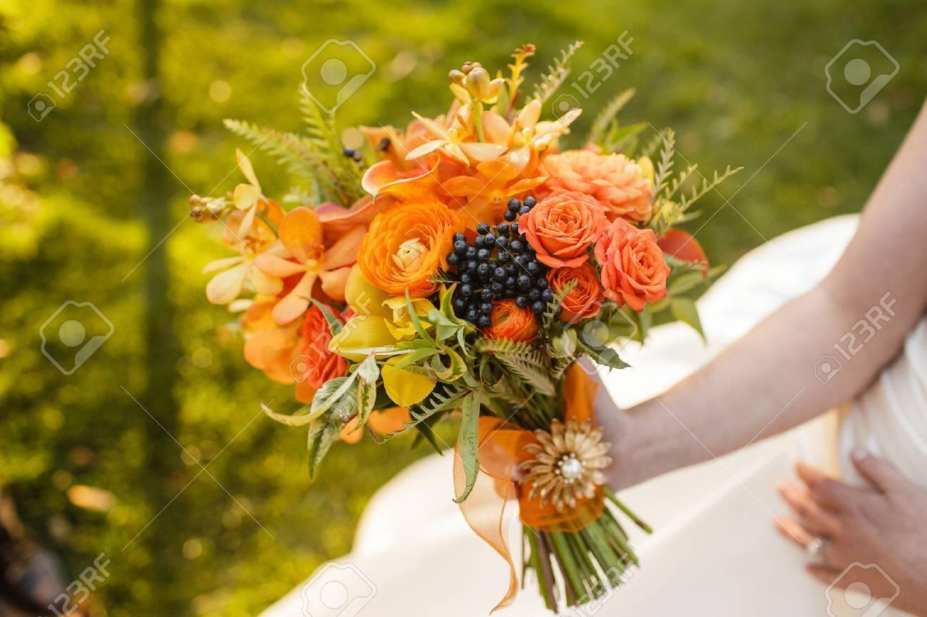 Braut Mit Hochzeitsstrauss Mit Rosen Ranunkeln Cymbidium Orchideen