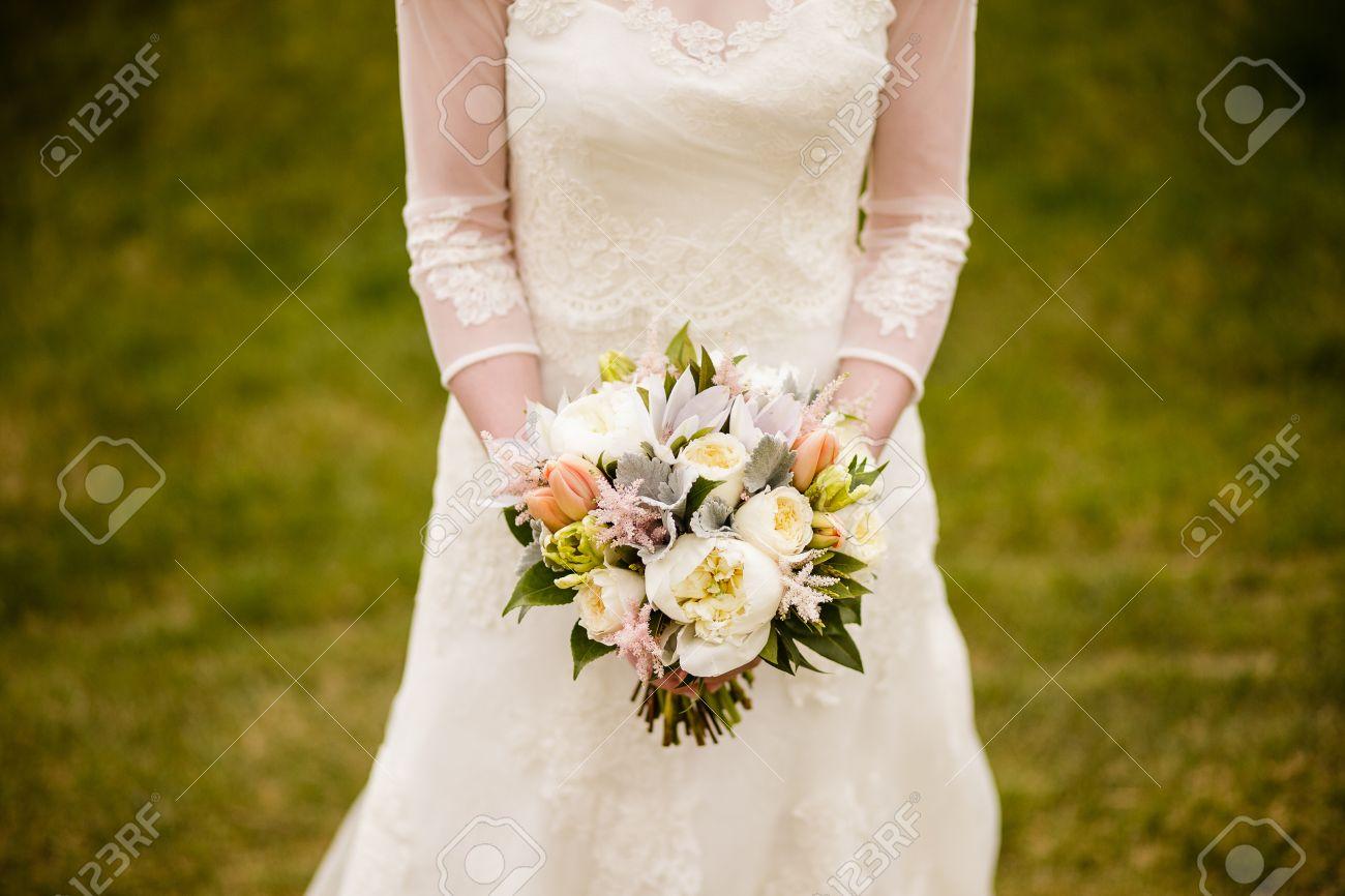 Braut Mit Hochzeitsstrauss Mit Pfingstrosen Tulpen Papagei Tulpen