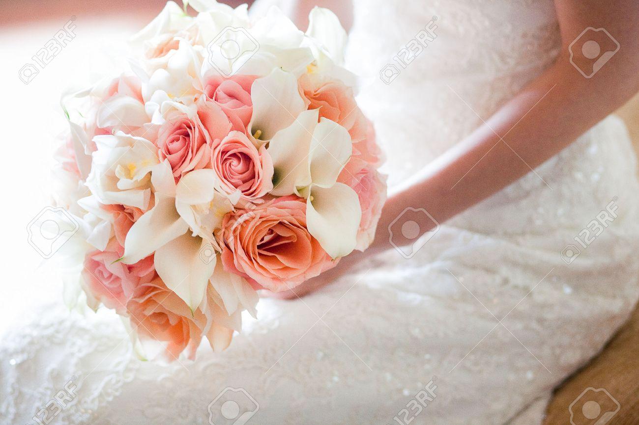 Banque d\u0027images , Mariée avec belle orange et bouquet de mariage rose des  fleurs composées de blancs lys calla miniatures, des roses, et orchidée  blanche.