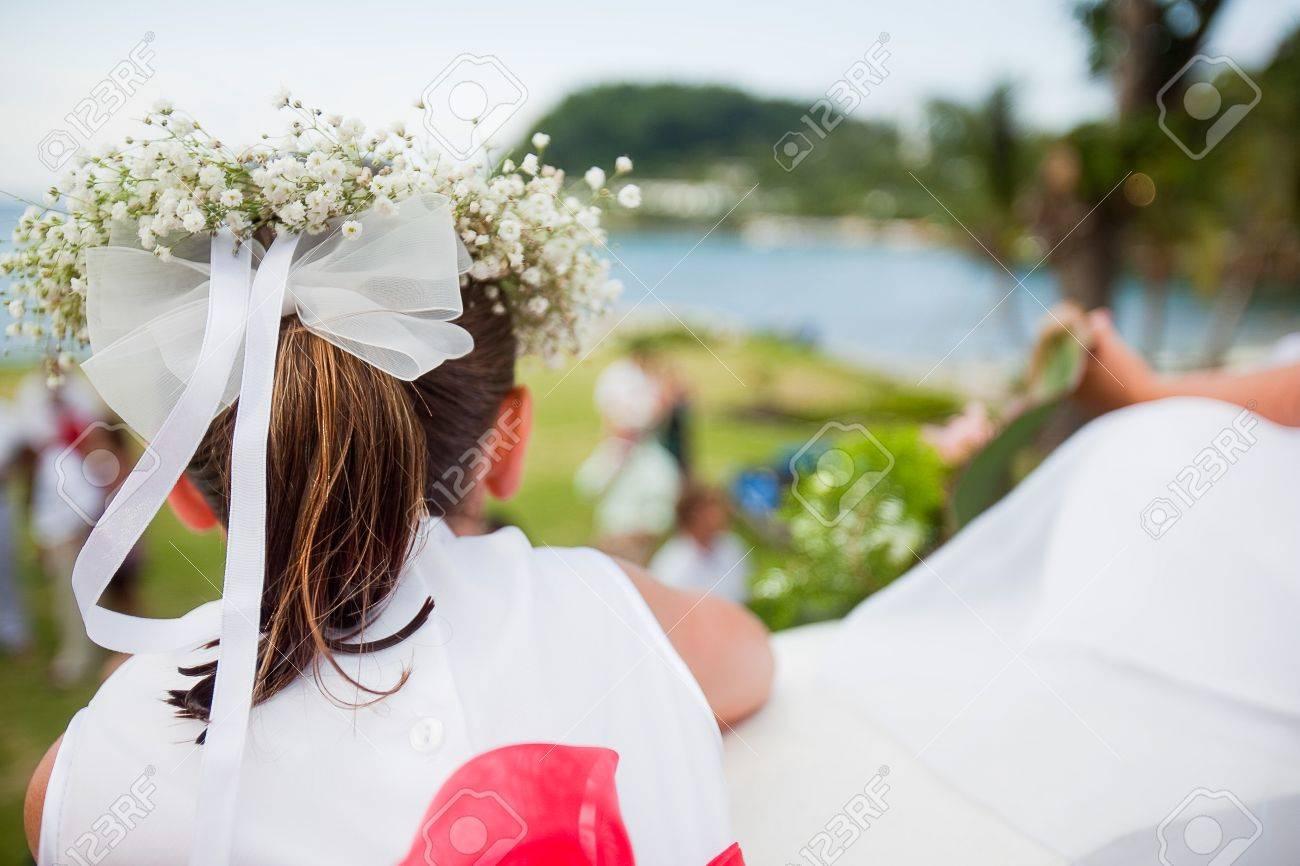 Blumenmadchen Bei Der Hochzeit Mit Bogen Und Der Atem Des Babys Haar