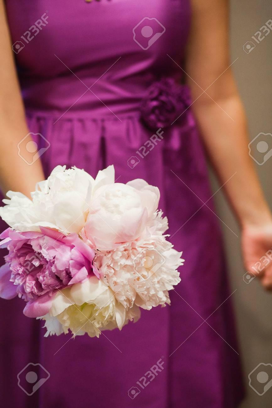 La Dama De Honor En El Vestido Púrpura Celebración Ramo De Flores En ...