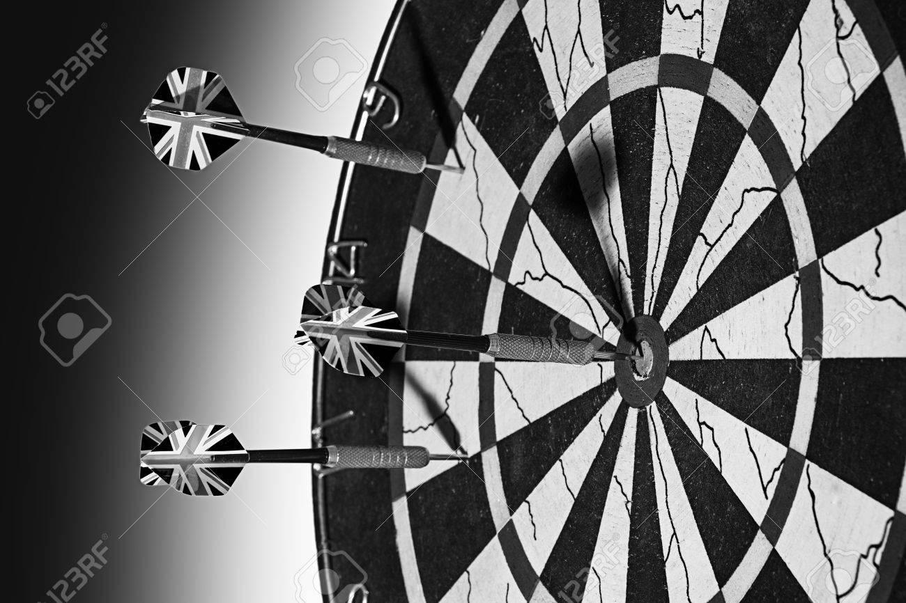 Darts   zwart wit foto van dartbord en pijlen royalty vrije foto ...