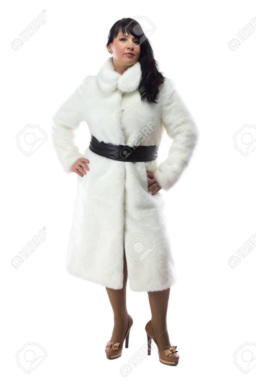 la meilleure attitude b762a e4972 Photo de brune potelée en long manteau blanc sur fond blanc