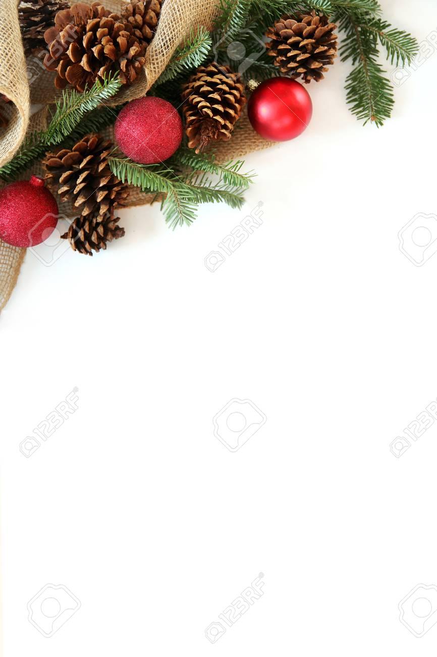 Red Christbaumschmuck Tannenzapfen Immergrunen Zweigen Und