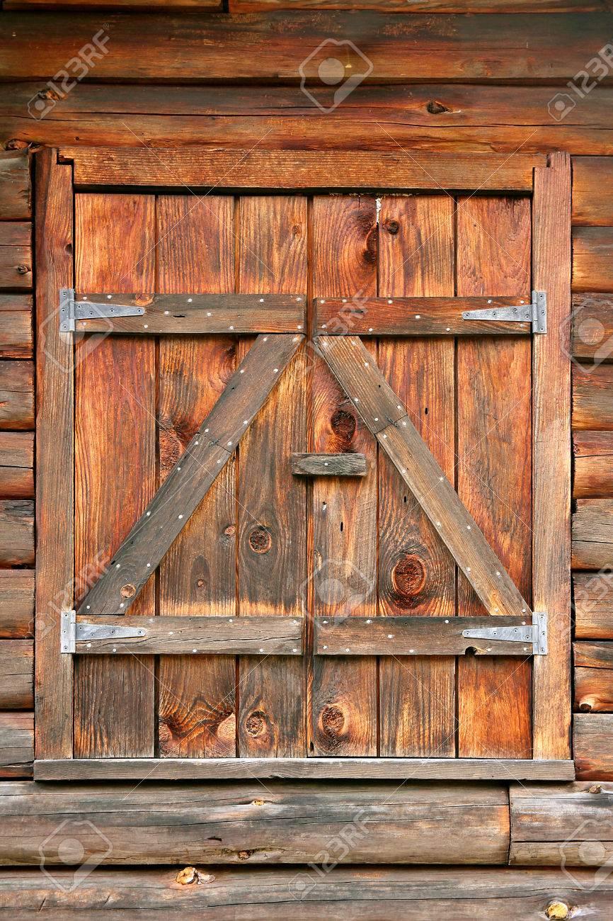 Fenetre Rustique gros plan de bois texturé fenêtre rustique volets sur une vieille