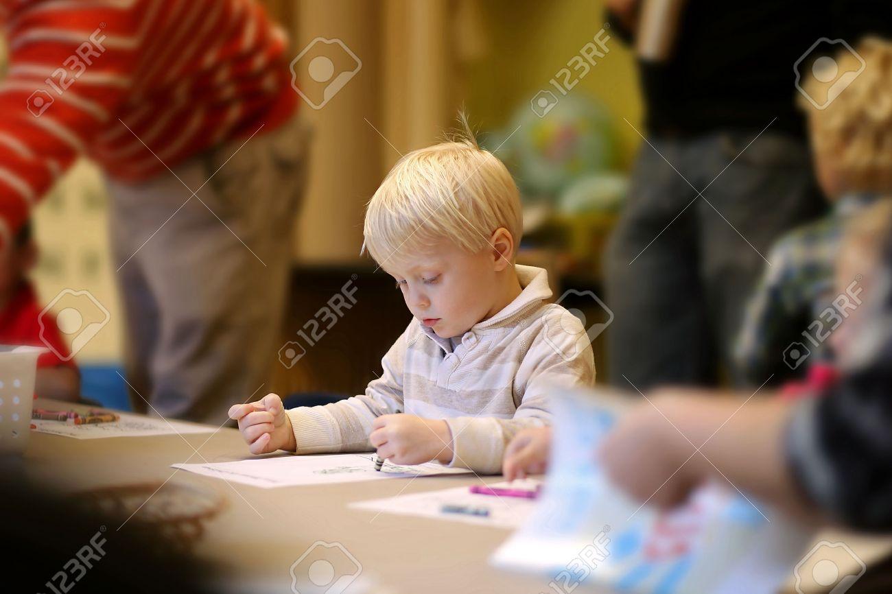 Eine Nette 3 Jahre Alter Junge Kind Sitzt Ruhig In Pre-K ...