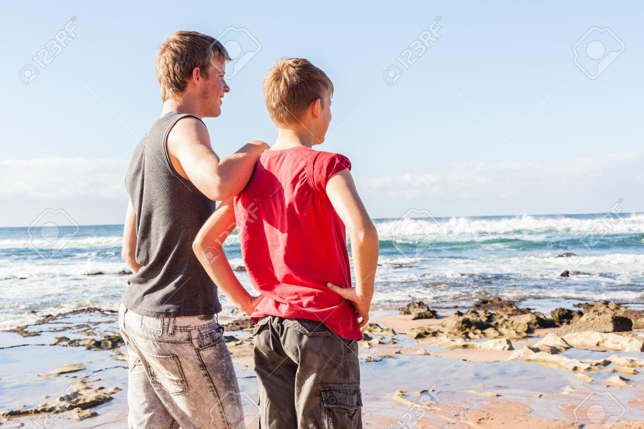 Adolescente Familiares Varones Playa Vacaciones Manana Exploran