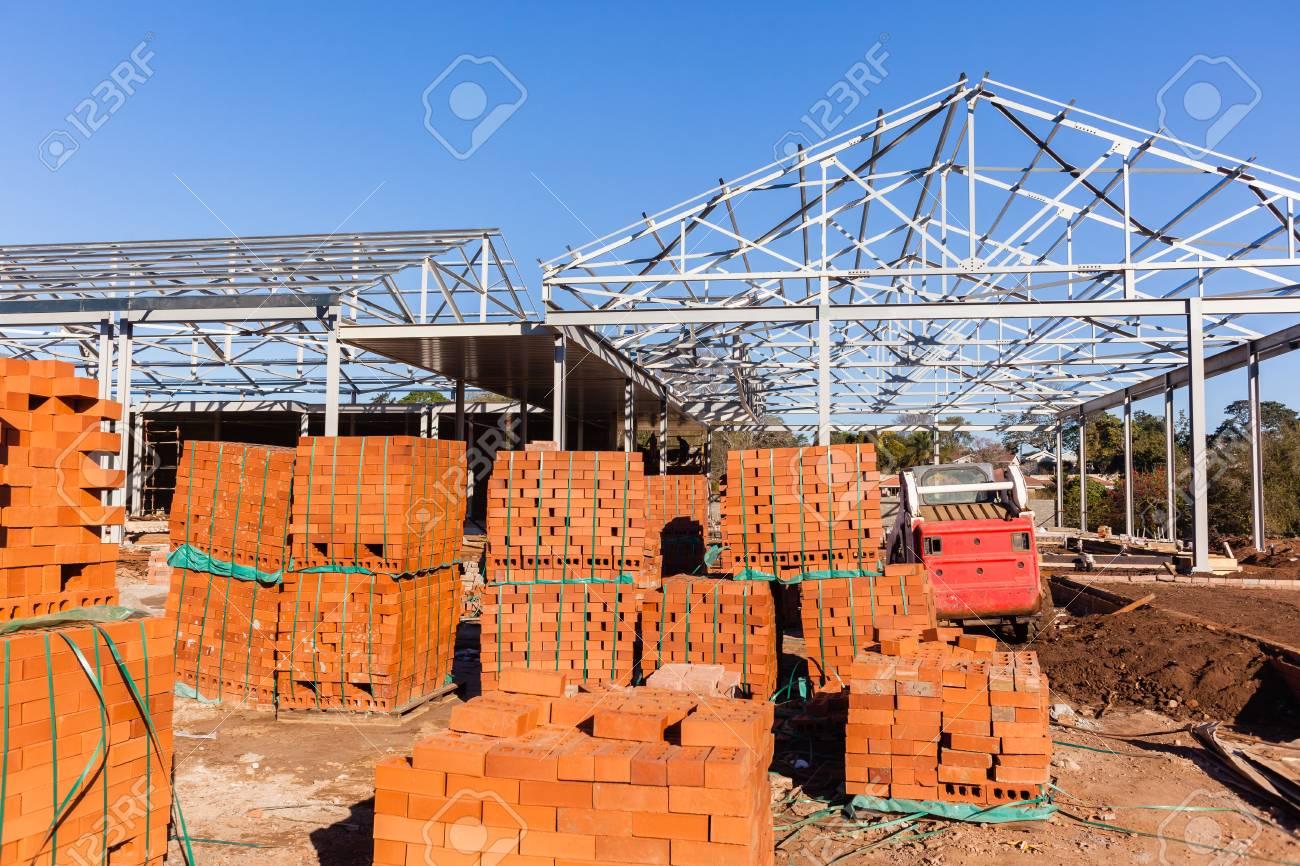 Der Bau Der Gebäude Stahldachrahmen Mit Ziegelsteinen Blöcke ...